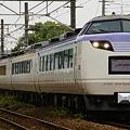 写真: 南武線を走行するジョイフルトレイン彩(いろどり)