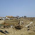 写真: 津波の被害 土台だけの家と壊れた車