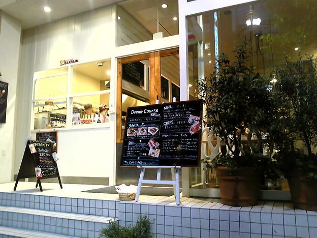 Photos: 渋谷のカフェ「シルクレーム」正面入口。
