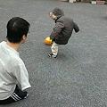写真: 近所の公園で、長男とボール遊びなう。