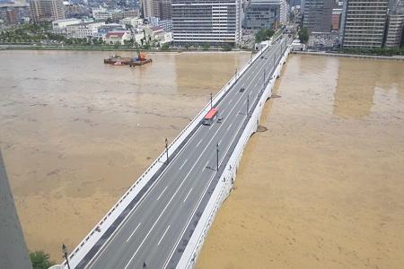 水害で水が茶色い信濃川と萬代橋(2)