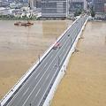 写真: 水害で水が茶色い信濃川と萬代橋(2)