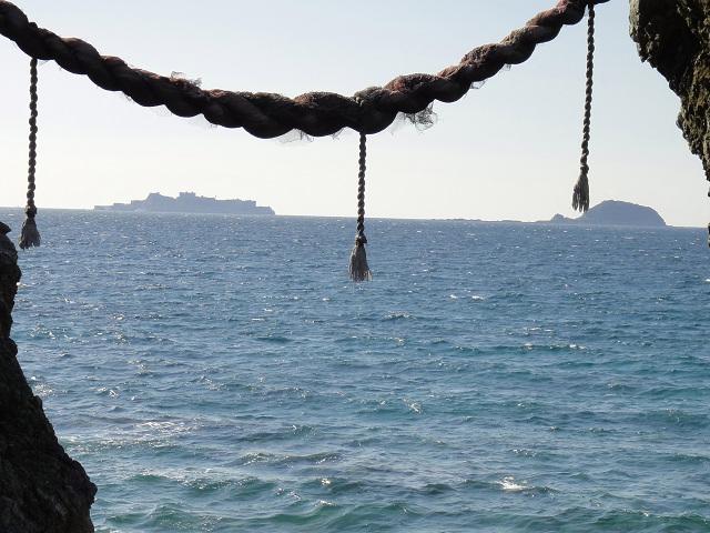 ガメラが軍艦を追いかけてます