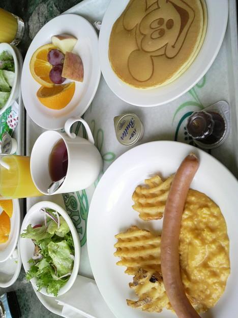 朝食は、クリスタルパレスでキャラクターが来るのを待ちながら食べま...