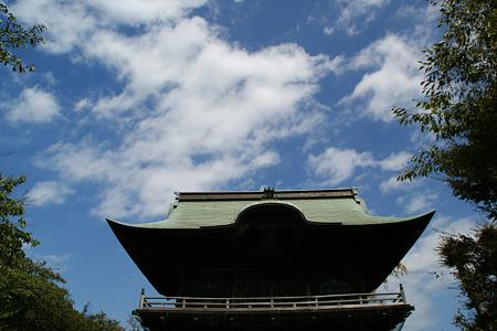 秋の青空をバックに仁王門、称名寺!(110924)
