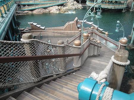 ノーチラス号に向け下る階段。この下にスティッチの書いたマークが!