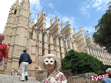 スペイン・マヨルカ島…大聖堂前で。