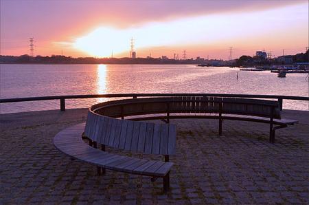 円形ベンチの夕