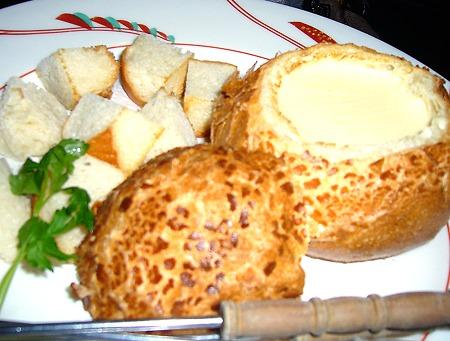 旭川大雪地ビール館パンの器に入ったチーズフォンデュ