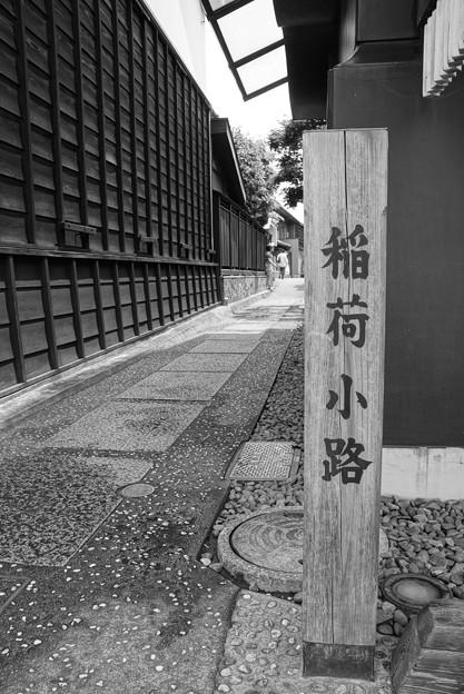 モノトーン 川越蔵造の町並み 稲荷小路通り・・20120624