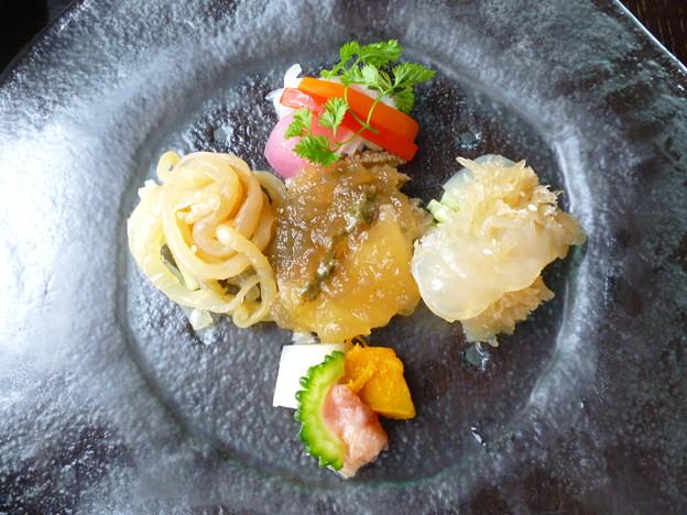 鮑 くらげ 茹で鶏冷製入り季節の前菜盛り合わせ